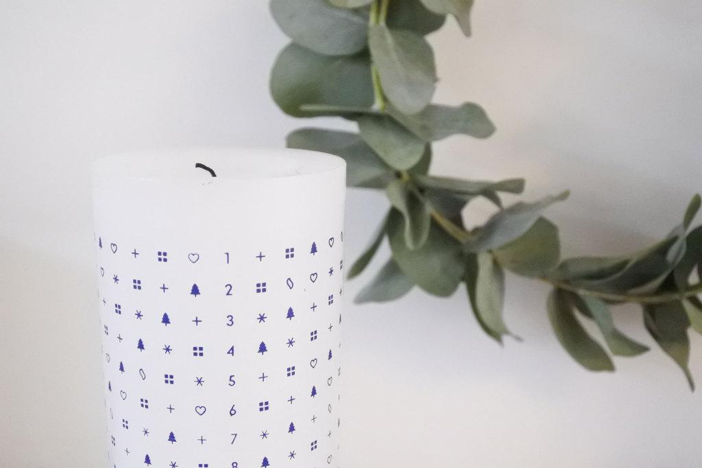 Adventskaars en krans van eucalyptus