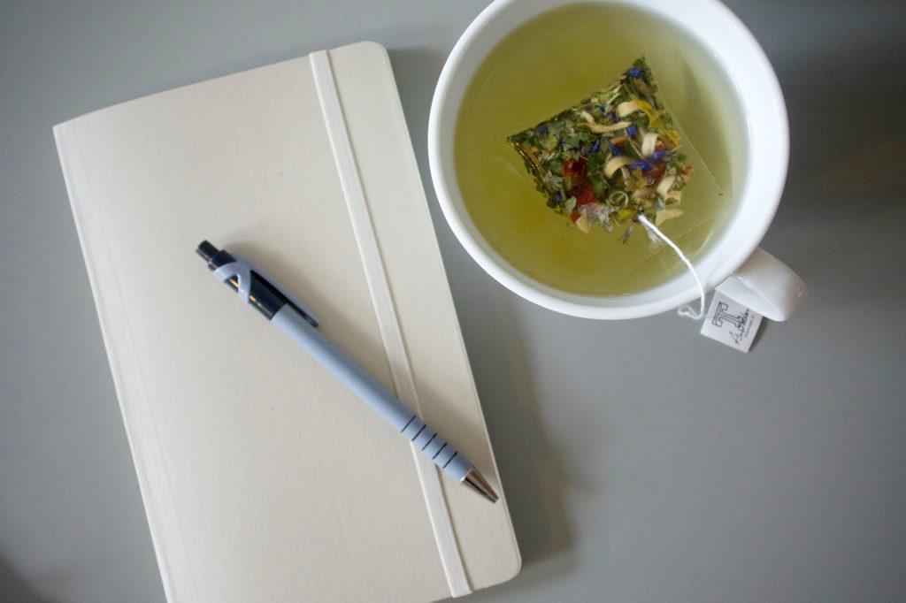 een nieuw notitieboek, tulpen en thee